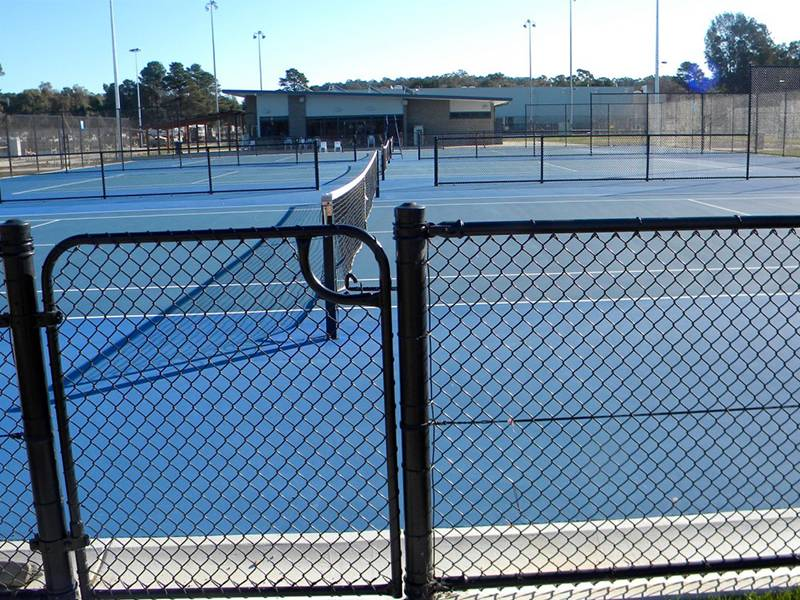 Single leaf chain link fence swing gate used in the tennis court.