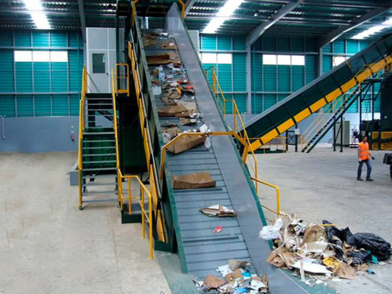 Chain plate conveyor belt is used in waste treatment system.