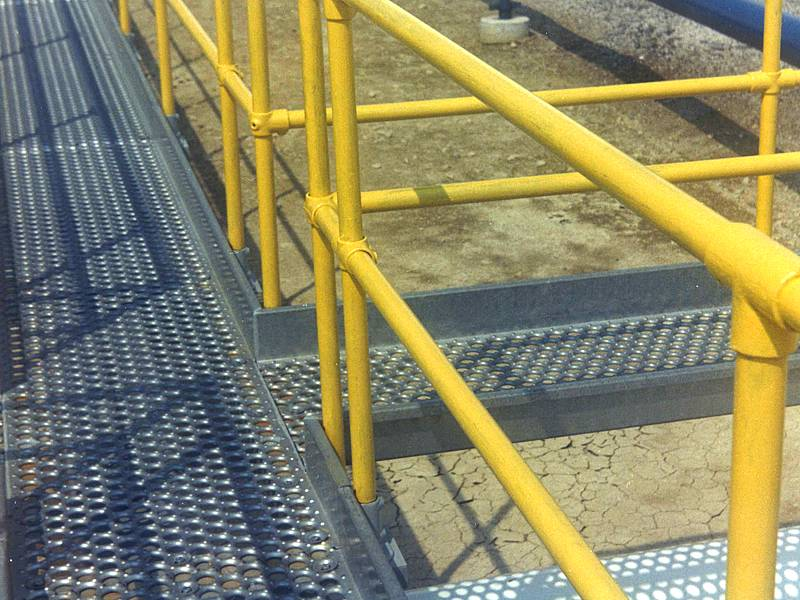 A picture about o-grip safety grating installed as walkway for oil refinery.