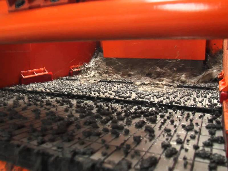 There are many impurities on the shale shaker screen.