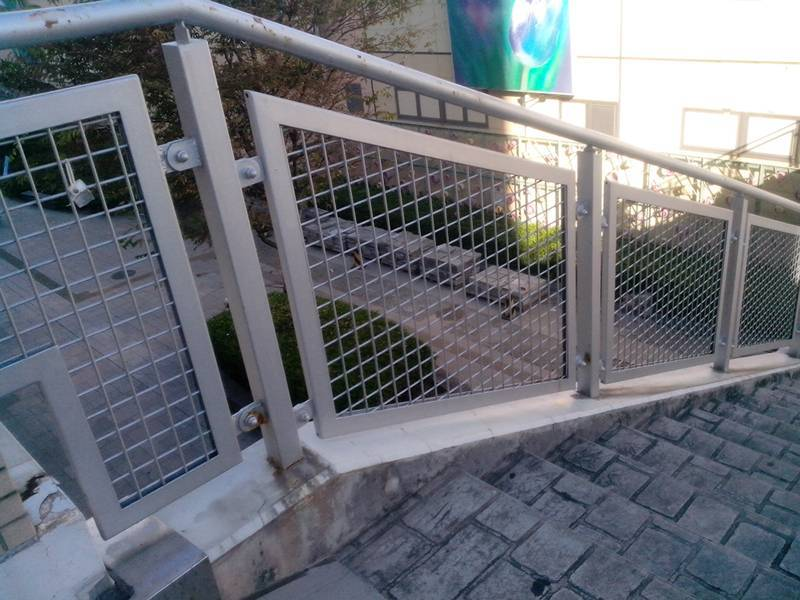 Welded Wire Mesh Is Lied To Stair Rail Infill Panel For Protection
