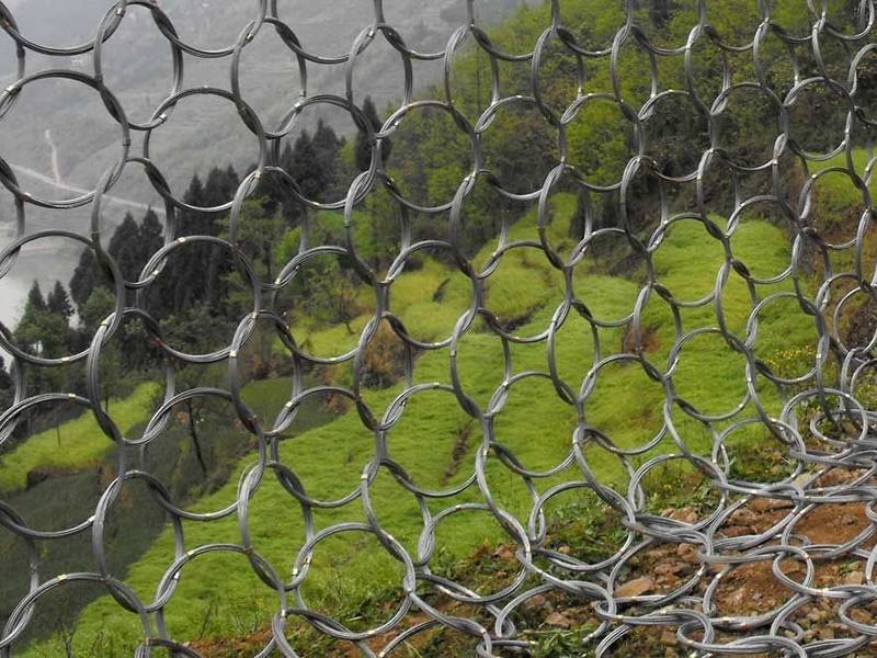 Four continuous steel wire ring net used individually for rockfalls blocking.