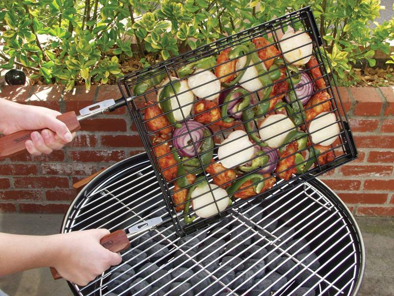 En Wings Onion Slices And Green Pepper Wrapped By Barbecue Grill Basket